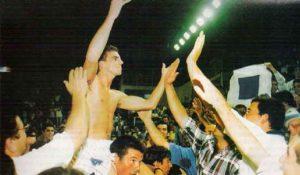 Foto icónica con Joey Vickery a hombros de la afición tras consumarse el ascenso a la ACB.