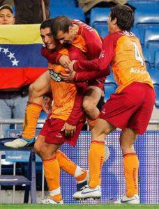 Viqueira, tras marcar su gol, es felicitado por Juanma y Arzo. / Foto: Huelva Información.