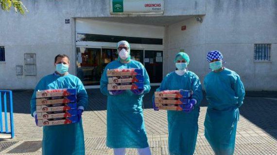 Fresas y frambuesas para endulzar el fin de semana de pacientes, médicos, policías y guardias civiles