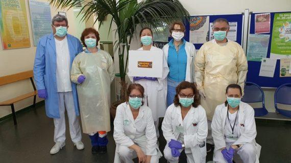 El Centro de Salud de Valverde recibe las primeras batas protectoras hechas por costureras voluntarias