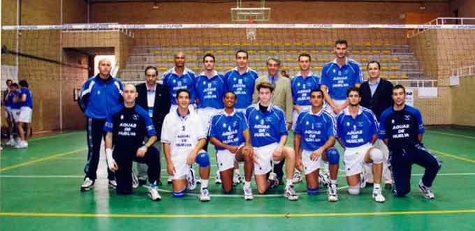 Formación del equipo onubense en la histórica temporada 1998-99.