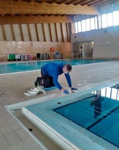 Operarios del Servicio de Deportes ultiman sus tareas de desinfección y acondicionamiento de las instalaciones.