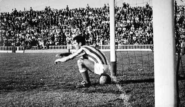 Es la foto: el momento en que Quirro protagoniza la 'sentada' que luego acabó en gol.