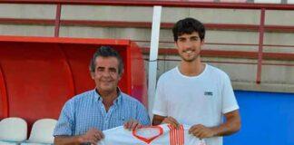José Manuel Domínguez, presidente de La Palma -izquierda-, con Carlos Martínez, nuevo fichaje condal. / Foto: @LaPalmaCF.