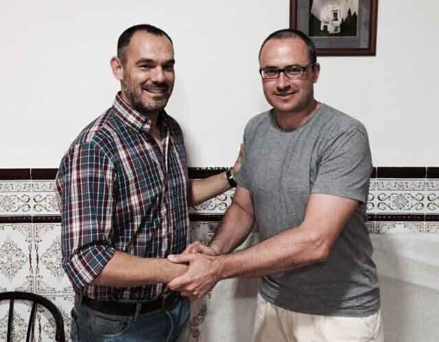 Jaime Díaz, a la izquierda, junto al presidente del Aroche, Adrián Carlos Moreno. / Foto: @arochecf.