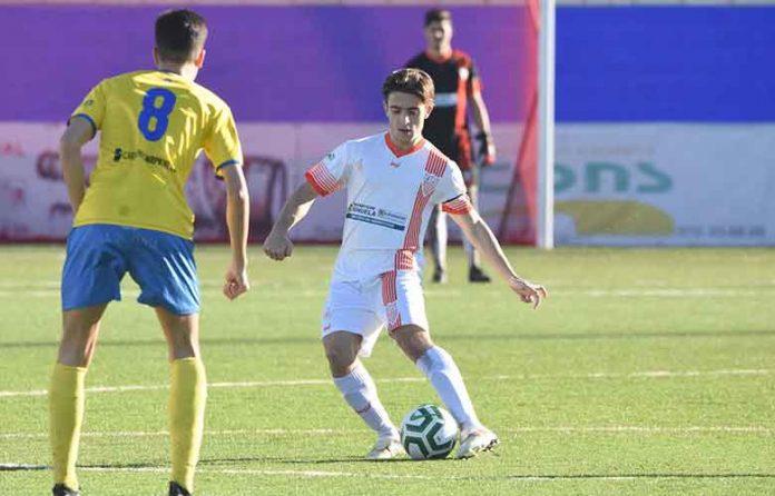 El centrocampista Álex Pérez continuará en la disciplina palmerina. / Foto: David Limón.