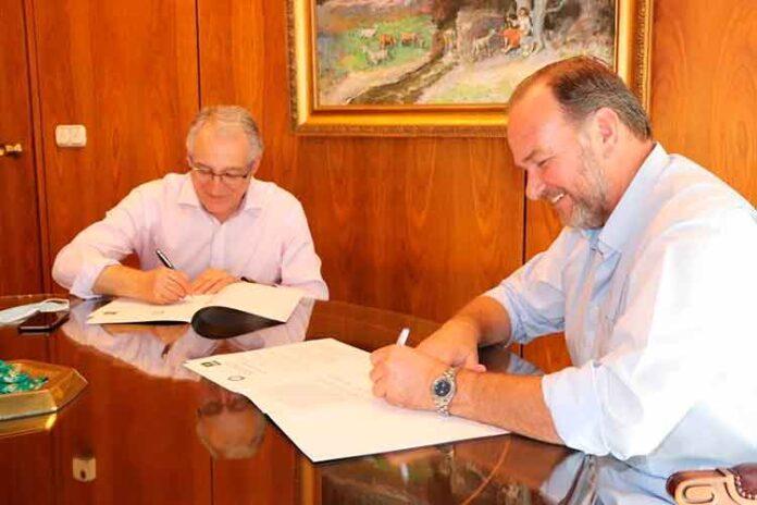 Los dos presidentes en la firma del convenio para la edición de este año.
