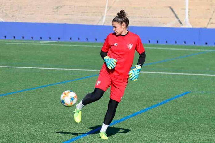 La guardameta inglesa Chelsea Ashurst, muy contenta por seguir una temporada más en el Sporting de Huelva. / Foto: @sportinghuelva.