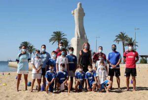 La presidenta de la Autoridad Portuaria, Pilar Miranda, con los participantes en el segundo ciclo del Campus de Fútbol Playa del Recreativo de Huelva.