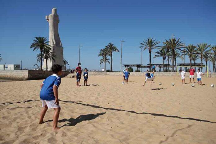 Niños, con edades comprendidas entre los 8 y 16 años, toman parte en este evento en la Punta del Sebo.