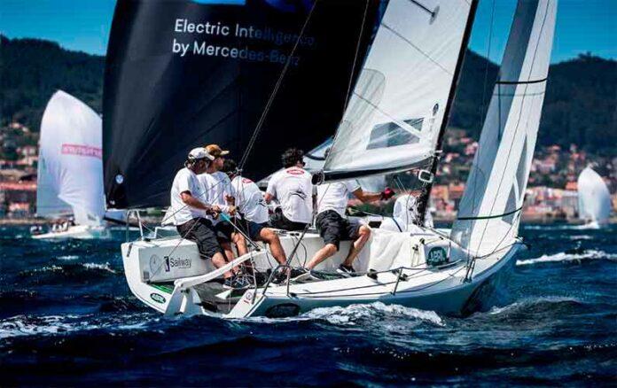 El Mercedes-Benz Sailing navegando en popa y el Abril en ceñida. / Foto: María Muiña.