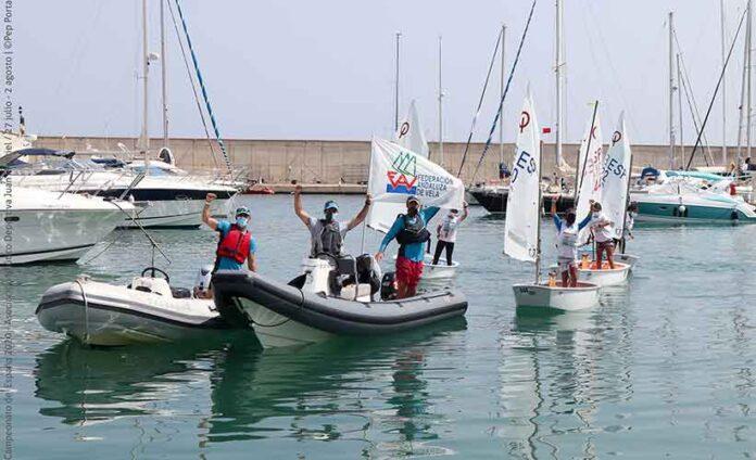 Alegría de los representantes andaluces a su llegada a puerto tras ganar el Campeonato. / Foto: Pep Portas.