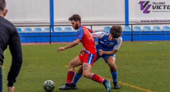 Antonio Mellao seguirá defendiendo el escudo del equipo de su pueblo una temporada más. / Foto: @arochecf.