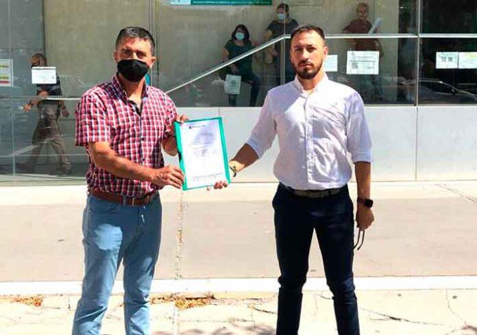 El director deportivo del club Paco Ojeda y el gerente Ricardo Fernández, momentos antes de entregar el escrito en el Registro de la Delegación de Educación y Deporte solicitando la ayuda de la FAB.