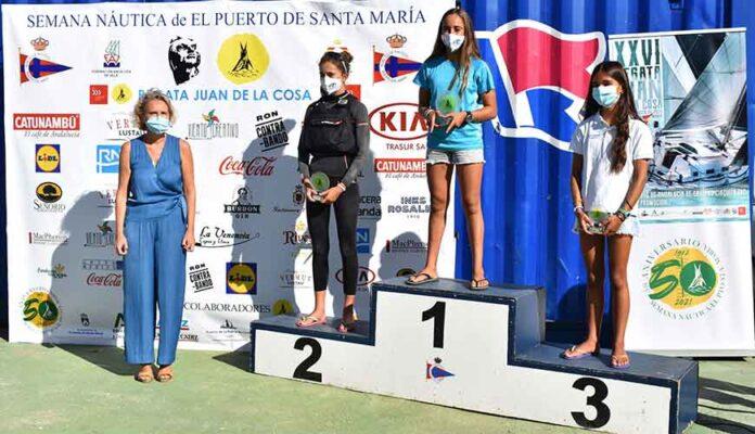 Podio femenino Sub 16 óptimist en El Puerto, con Patricia Báñez como gran triunfadora.