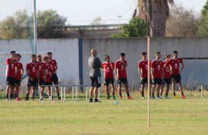 Claudio Barragán, entrenador del Recre, charla con sus jugadores antes de comenzar el entrenamiento. / Foto: P. L. C.
