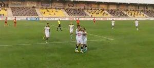 Alegría de los jugadores sanroquistas tras el tanto. / Foto: Captura imagen @PASIONAURINEGR2.