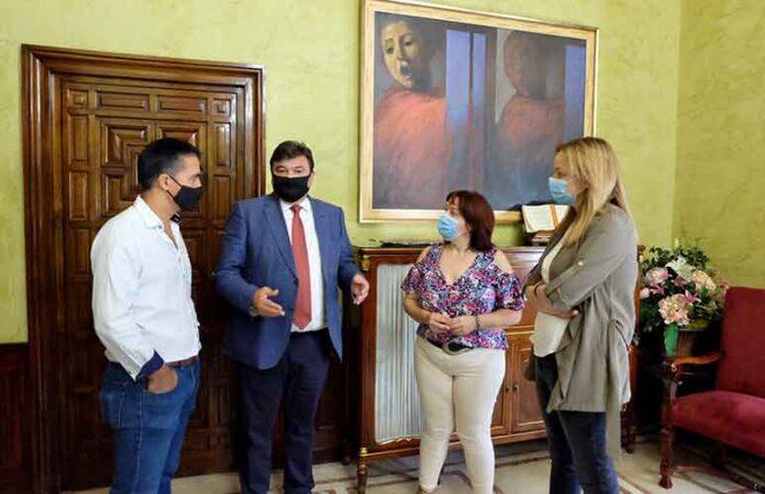 El alcalde de Huelva, Gabriel Cruz, refrendó su compromiso de apoyo al IES La Orden.