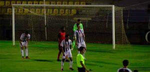 Poco juego se vio en el primer tiempo en el Recre-Badajoz. / Foto: Captura Footers.