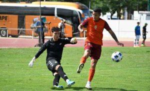 El meta Eric despeja ante Yaimil en un lance del partido en Punta Umbría. / Foto: P. Sayago/@recreoficial.