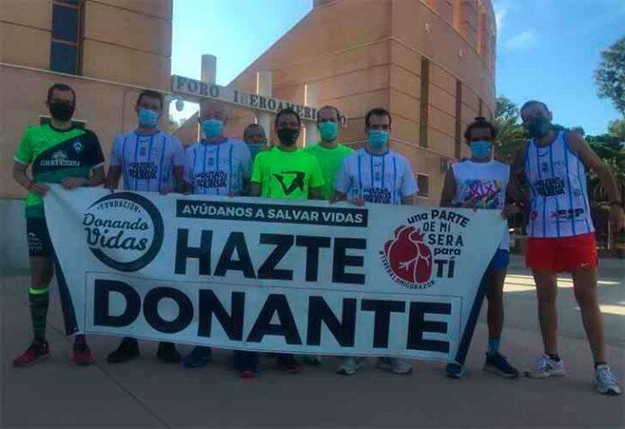 Al final de la etapa los participantes desplegaron una pancarta de la Fundación Donando Vidas.