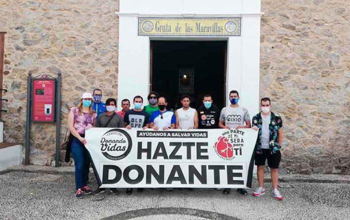 Los participantes en esta tercera etapa del evento solidario, junto a Ana Torres, concejala de Turismo y Cultura del Ayuntamiento de Aracena, a las puertas de La Gruta de las Maravillas.