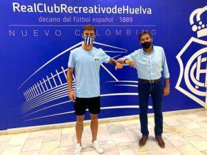 Antonio Leal, nuevo jugador del Decano, junto al presidente del club, Manolo Zambrano en el estadio Nuevo Colombino. / Foto: @recreoficial.