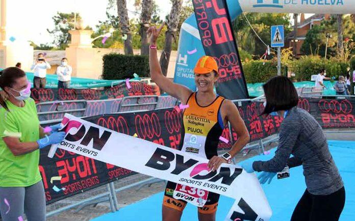 La triatleta sevillana María Pujol, entrando en la meta.