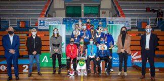 Los vencedores en el Campeonato de España de bádminton, junto a las autoridades. / Foto: @AytoHuelva.