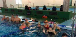 Componentes del CN Huelva entrenando en la piscina municipal de Bollullos.