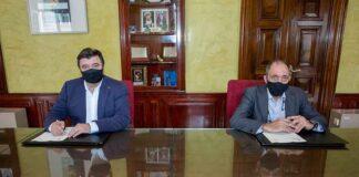 Un momento de la firma del convenio de colaboración entre el Ayuntamiento de Huelva y la Federación Andaluza de Bádminton.