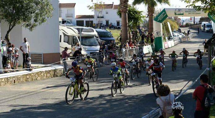 Casi un centenar de jóvenes ciclistas de toda Andalucía se dieron cita en El Almendro.