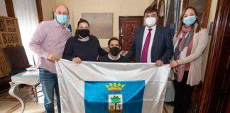 En el acto Francisco Motero recibió del alcalde de Huelva la bandera de la ciudad.