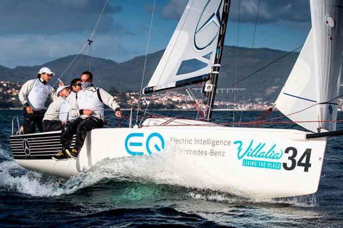 Ricardo Terrades en la popa del 'Mercedes-Benz Sailing Team' navegando en aguas de Vigo. / Foto: María Muiña.