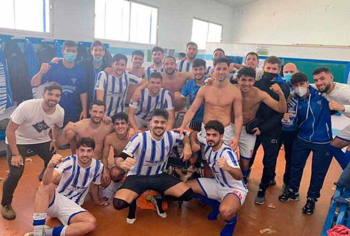 Alegría de los jugadores del Bollullos en el vestuario tras golear al Ciudad Jardín (4-0). / Foto: @bollulloscf1933.