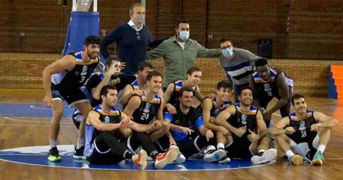 Felicidad en los componentes del Huelva Comercio tras su triunfo ante el CB Peñarroya. / Foto: Captura imagen Teleonuba.