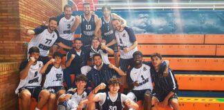 Los jugadores del Ciudad de Huelva celebran su 16ª victoria y que están a sólo una de asegurar la fase de ascenso. / Foto: @CiudadDeHuelva.