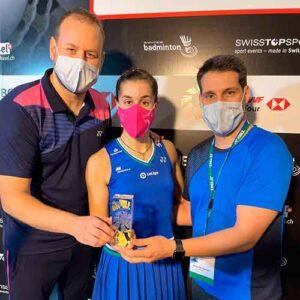 Carolina Marín posa con su equipo técnico con el trofeo ganado en Basilea.