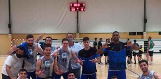 Los jugadores del Huelva Comercio celebran su 15ª victoria, ésta lograda en San Fernando. / Foto: @CDB_EBenitez.