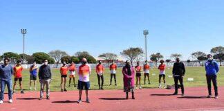 Un momento de la visita de la alcadesa de Punta Umbría, Aurora Águedo, a la concentración de los deportistas entrenados por Arturo Martín.