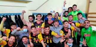 Los jugadores del San Roque celebran en el vestuario el triunfo logrado en Utrera. / Foto: @SanRoqueLepe.