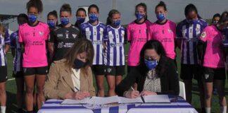 Un momento de la firma del convenio de patrocinio del Puerto de Huelva al Sporting. / Foto: @sportinghuelva.