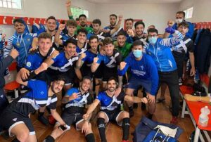 Los jugadores del Bollullos celebran en el vestuario el triunfo logrado en San Roque. / Foto: @bollulloscf1933.