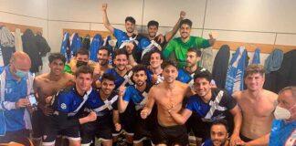 Lógica alegría de los jugadores del Bollullos tras ganar en el feudo del Alcalá. / Foto: @bollulloscf1933.