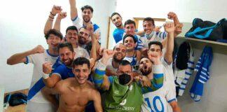 Alegría justificada de los jugadores del CD San Juan tras ganar en La Rinconada. / Foto: @SanJuan_Futsal.