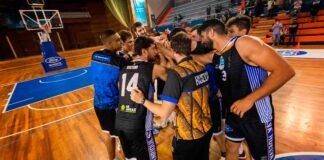 Los jugadores del Huelva Comercio se juramentan para ganar este martes al CB Cimbis. / Foto: C. Verdier.