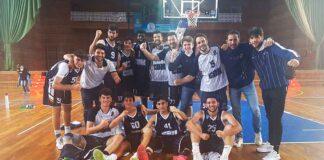 Los jugadores del Ciudad de Huelva una nueva victoria en casa, ésta ante el Torta del Casar. / Foto: CB Huelva La Luz.