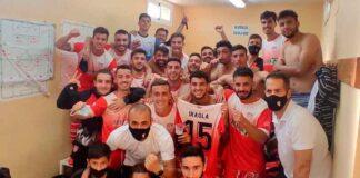 Los jugadores del equipo palmerino celebran en el vestuario el triunfo obtenido en Lebrija.