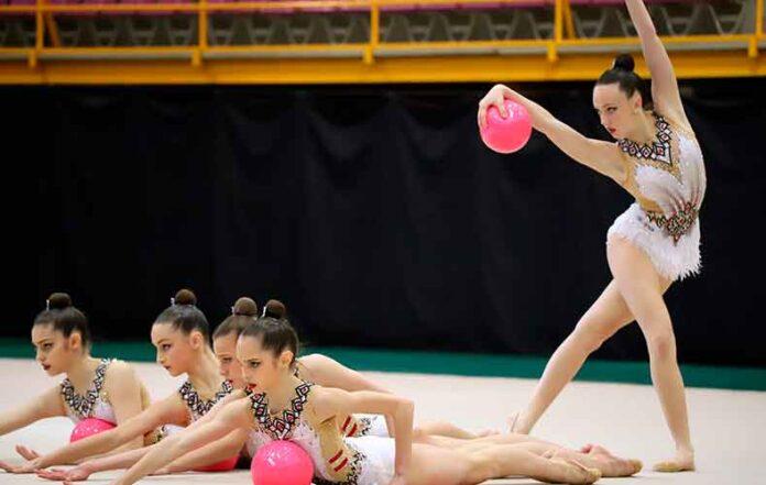 Marta Fernández, arriba, finalizando el ejercicio de pelota durante la exhibición.