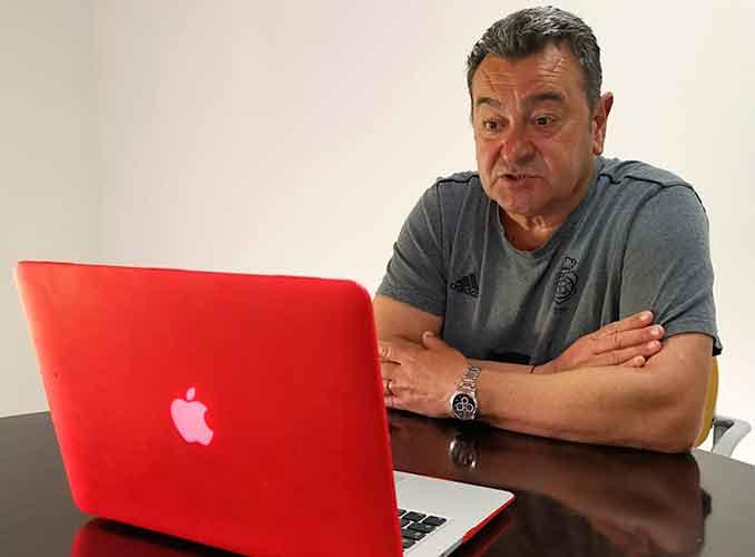 Carlos Pouso, entrenador del Recreativo de Huelva, durante una rueda de prensa telemática. / Foto: @recreoficial.